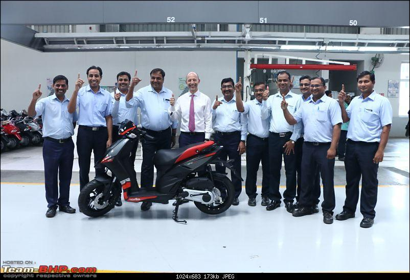 Aprilia SR 150 unveiled at the Auto Expo. EDIT: Priced at Rs. 65,000-mr.stefanopellemdceopvplwiththemanufacturingteamatthero...1024x683.jpg