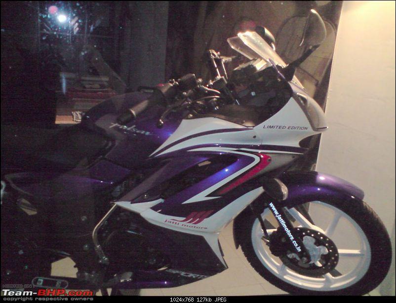 R15 lookalike Pulsar in a Bajaj Showroom-p201008_4.jpg