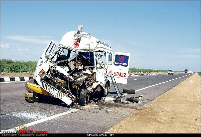 Pics: Accidents in India-ambulance.jpg