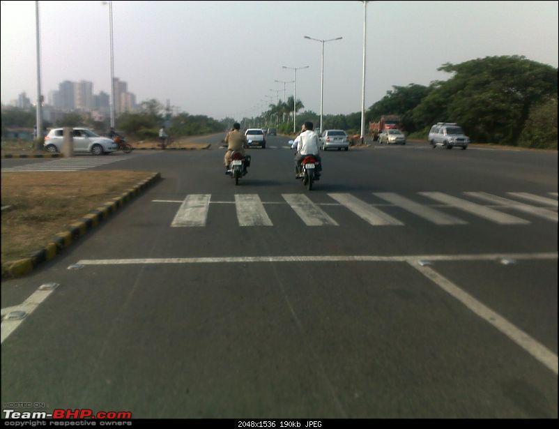 Pics: Accidents in India-cop-ohne-helm-mit-handy-am-motorrad.jpg