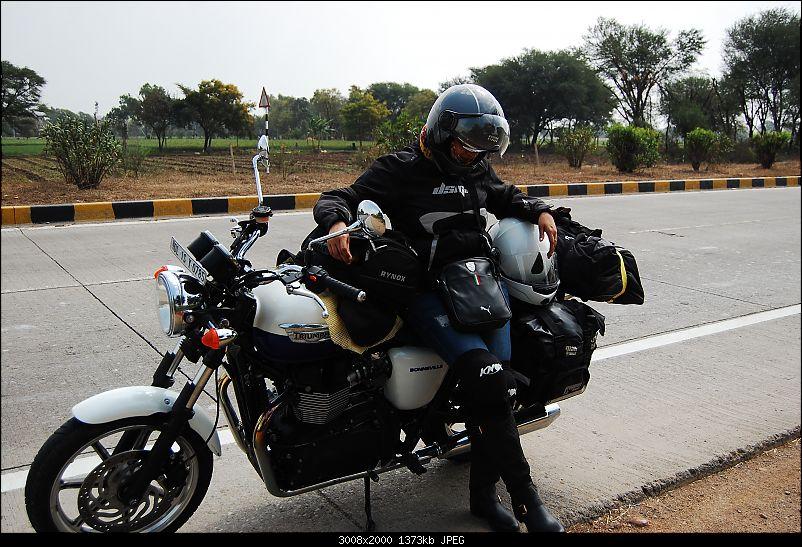 Triumph Bonneville - El Caballo Blanco rides home-mad-bike.jpg
