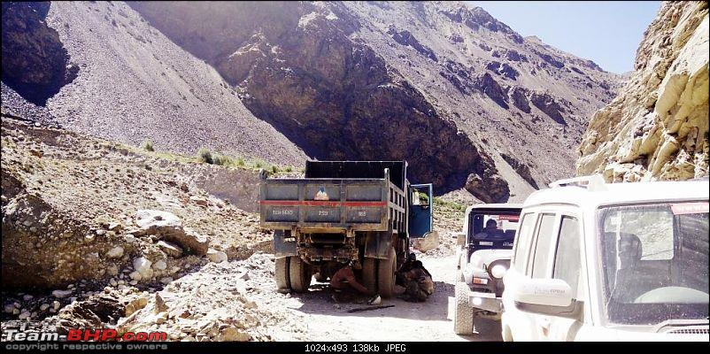 Report & Pics: The 2015 Himalayan Spiti Escape (Mahindra Adventure)-mahindra_spiti_escape_day4_truck_repair.jpg
