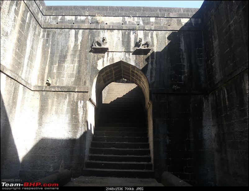 A day-trip: Baramotichi Vihir, Kaas Lake & Shivsagar Lake, Bamnoli-staircase-leading-well.jpg