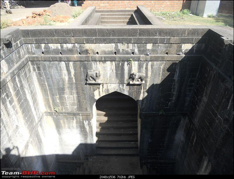 A day-trip: Baramotichi Vihir, Kaas Lake & Shivsagar Lake, Bamnoli-picture-clearly-showing-steps-ground-level-leading-well.jpg
