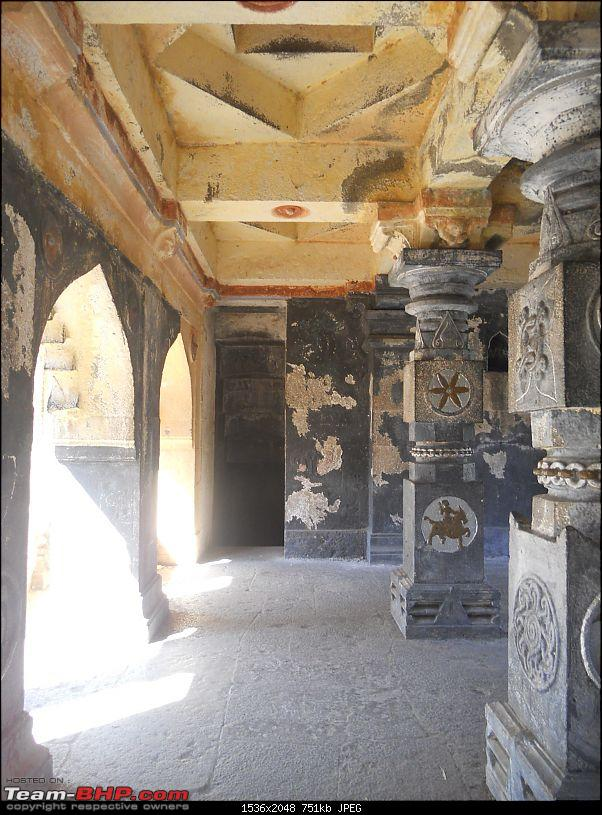 A day-trip: Baramotichi Vihir, Kaas Lake & Shivsagar Lake, Bamnoli-07-even-ceiling-has-geometrical-design.jpg