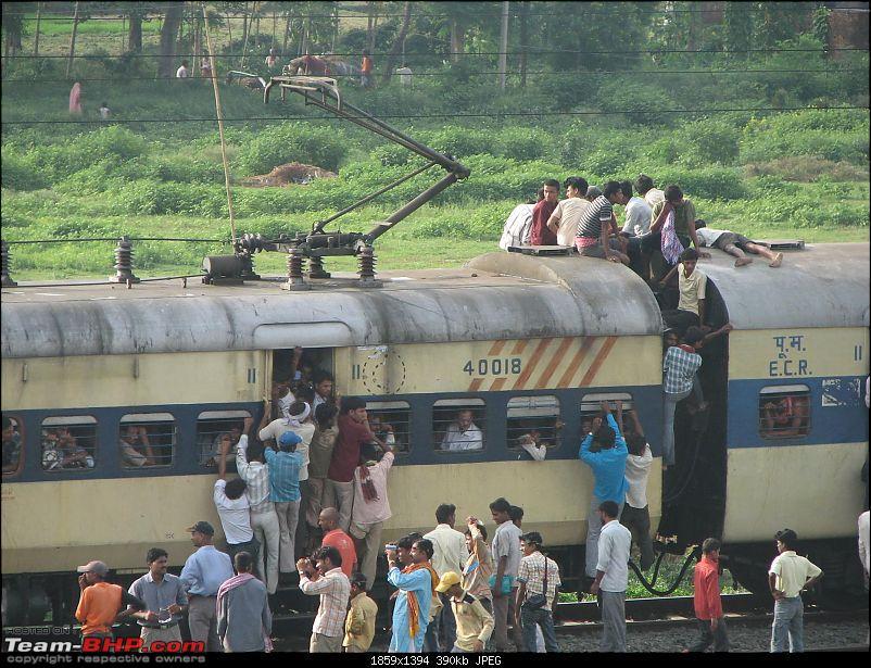 Chasing Solar Eclipse, Taregna, 22/09 -->> Kol-Kodarma-Patna-Tarenga-Patna-crowds-coming-train.jpg